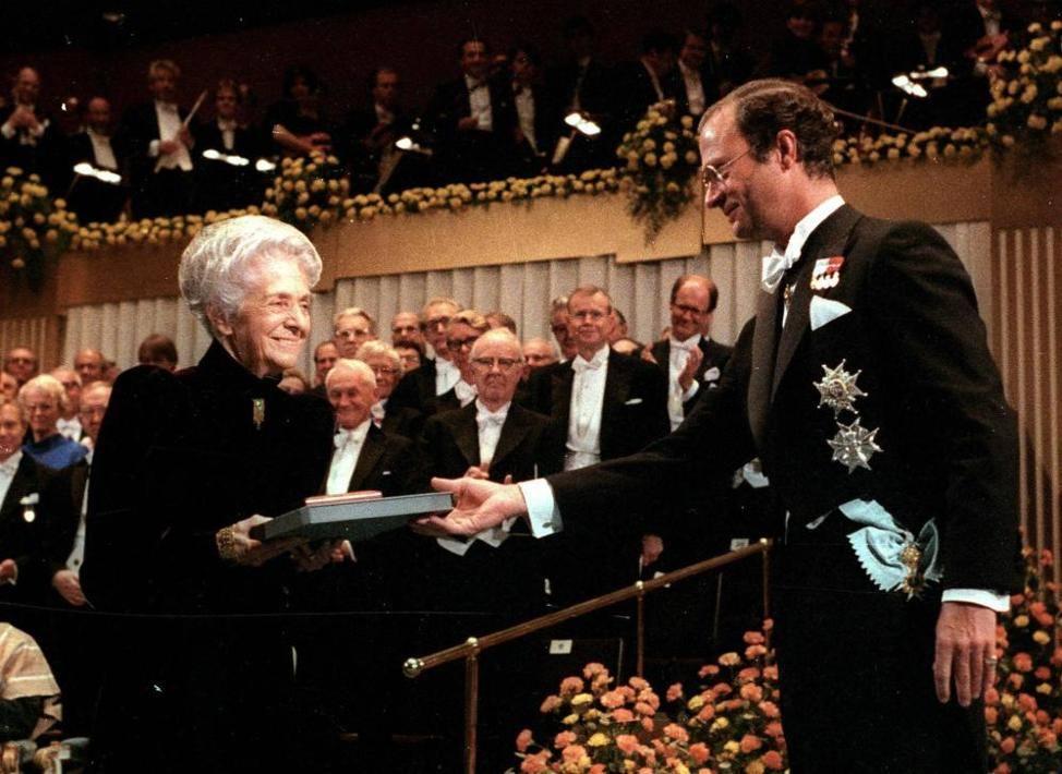Il premio Nobel per la medicina Rita Levi Montalcini mentre riceve l'alta onoreficenza nel 1986 dal re Carlo Gustavo di Svezia a Stoccolma, in una foto d'archivio del 10 dicembre 1986. ANSA