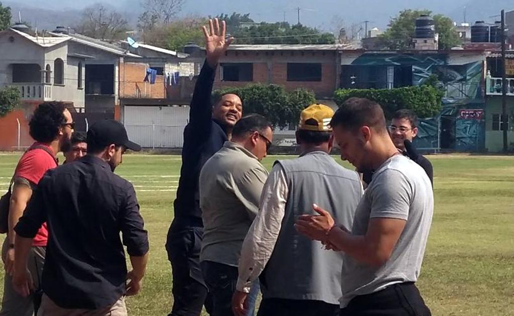 YAUTEPEC, MORELOS, 17ABRIL2019.- Will Smith saluda a la gente que se acercó al campo de futbol del poblado de Oacalco, donde aterrizo el helicóptero que lo traslada. El actor estadunidense filma locaciones para la película Bad Boys for Life en la ex hacienda de Oacalco. FOTO: CORTESIA /CUARTOSCURO.COM